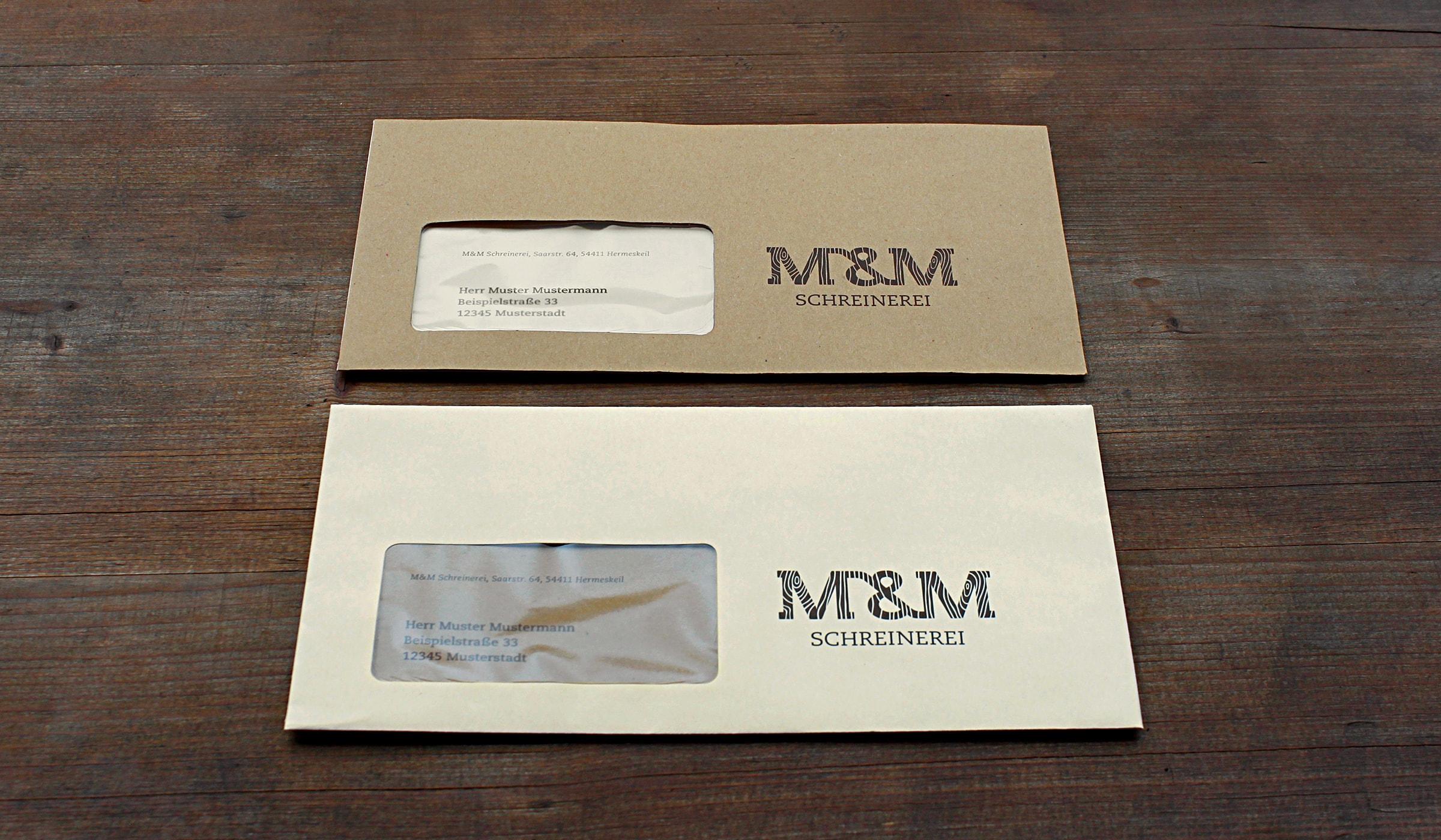 Corporate Design des Handwerksbetriebes M&M Schreinerei in Hermeskeil entwickelt durch die Werbeagentur mieker - Konzept Design Strategie. Briefpapier und Briefumschläge folgen dem Designkonzept und unterscheiden sich in ihrer Farbigkeit. Genutzt wird jeweils ein Hellbrauner Briefumschlag in Kombination mit einem Dunkelbraunen Briefpapier oder ein Dunkelbrauner Briefumschlag in Kombination mit einem Hellbraunen Briefpapier. Bestandteile/ Printdesigns: Grafikdesign, Logodesign, Visitenkarten, Briefpapier, Briefumschläge, Notizblöcke, Werbemittel und Werbung. Corporate Design und Corporate Identity gehen Hand in Hand. Regionen: Hermeskeil, Saarbrücken, Trier, Luxemburg, Koblenz.