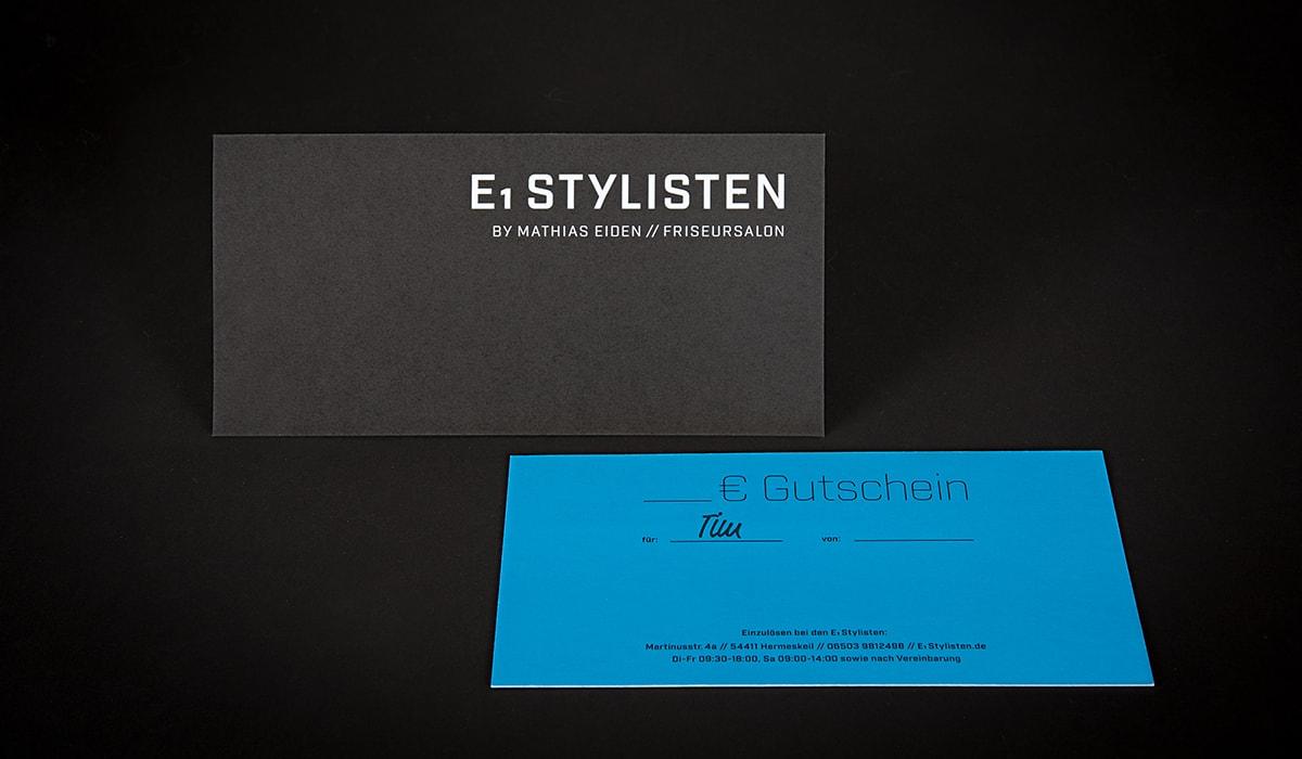 Konzeptarbeit ~ Corporate Design ~ Gutscheine für Männer // Gutscheine für Männer in Schwarz/Cyan mit Heißfolienprägung 600g // E1 Stylisten