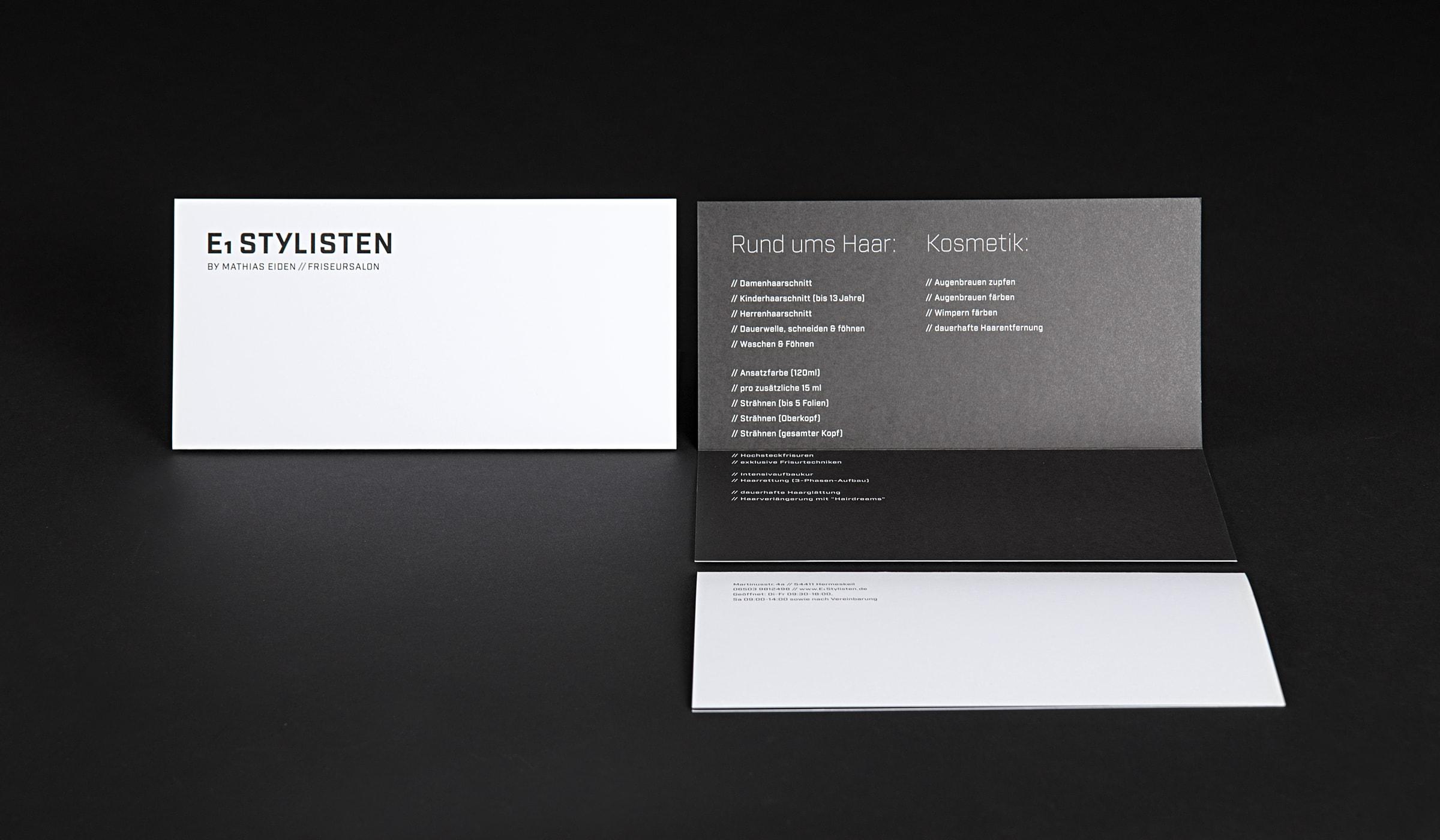 Corporate Design für einen Friseursalon in Hermeskeil. Werbung und Grafikdesign erstellt durch die Werbeagentur mieker - Konzept Design Strategie. Die Handzettel mit exklusiver Faltung und Prägung folgen dem Designkonzept. Das Corporate Design umfasst des Weiteren Visitenkarten, Briefpapier, Briefumschläge sowie Design Textildruck und Werbemittel. Bestandteile des Branding: Corporate Design, Brand Design, Logodesign. Regionen: Hermeskeil, Trier, Saarbrücken, Luxemburg.