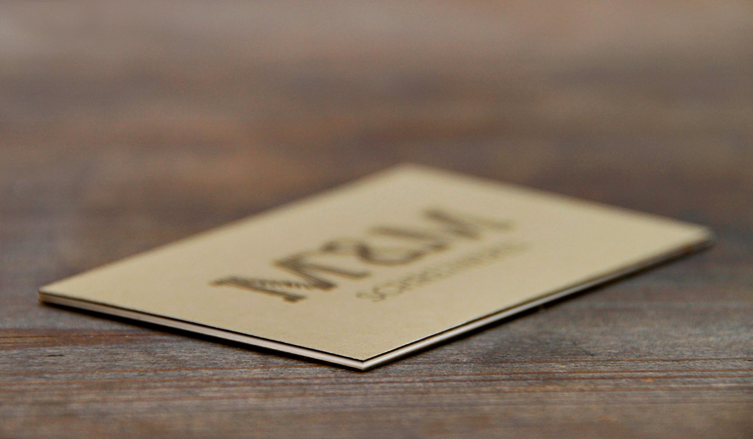 Konzeptarbeit ~ Corporate Design ~ Visitenkarte // Multilayer Visitenkarte aus dunklem Naturpapier // M&M Schreinerei