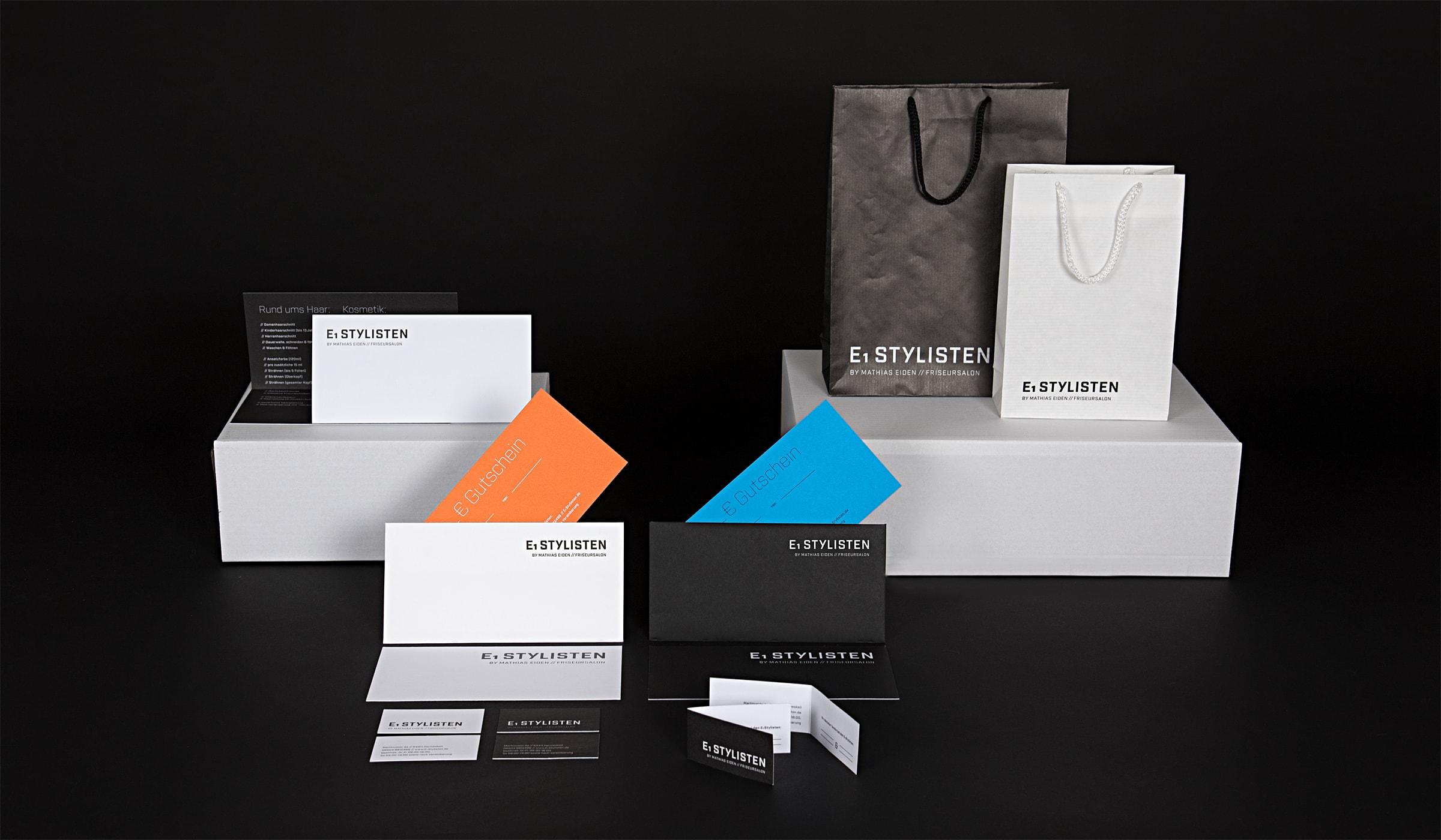 Corporate Design für einen Friseur in Hermeskeil. Werbung und Grafikdesign erstellt durch die Werbeagentur mieker - Konzept Design Strategie. Das visuelle Erscheinungsbild des Stylisten zeigt sich primär in Schwarz und Weiß. Die Sekundärfarben sind Orange und Blau. Alle Printmedien folgen dem Werbekonzept. Der Werbeauftritt umfasst des Weiteren Visitenkarten, Briefpapier, Briefumschläge sowie Design Textildruck und Werbemittel. Bestandteile des Branding: Corporate Design, Brand Design, Logodesign. Regionen: Hermeskeil, Trier, Saarbrücken, Luxemburg.