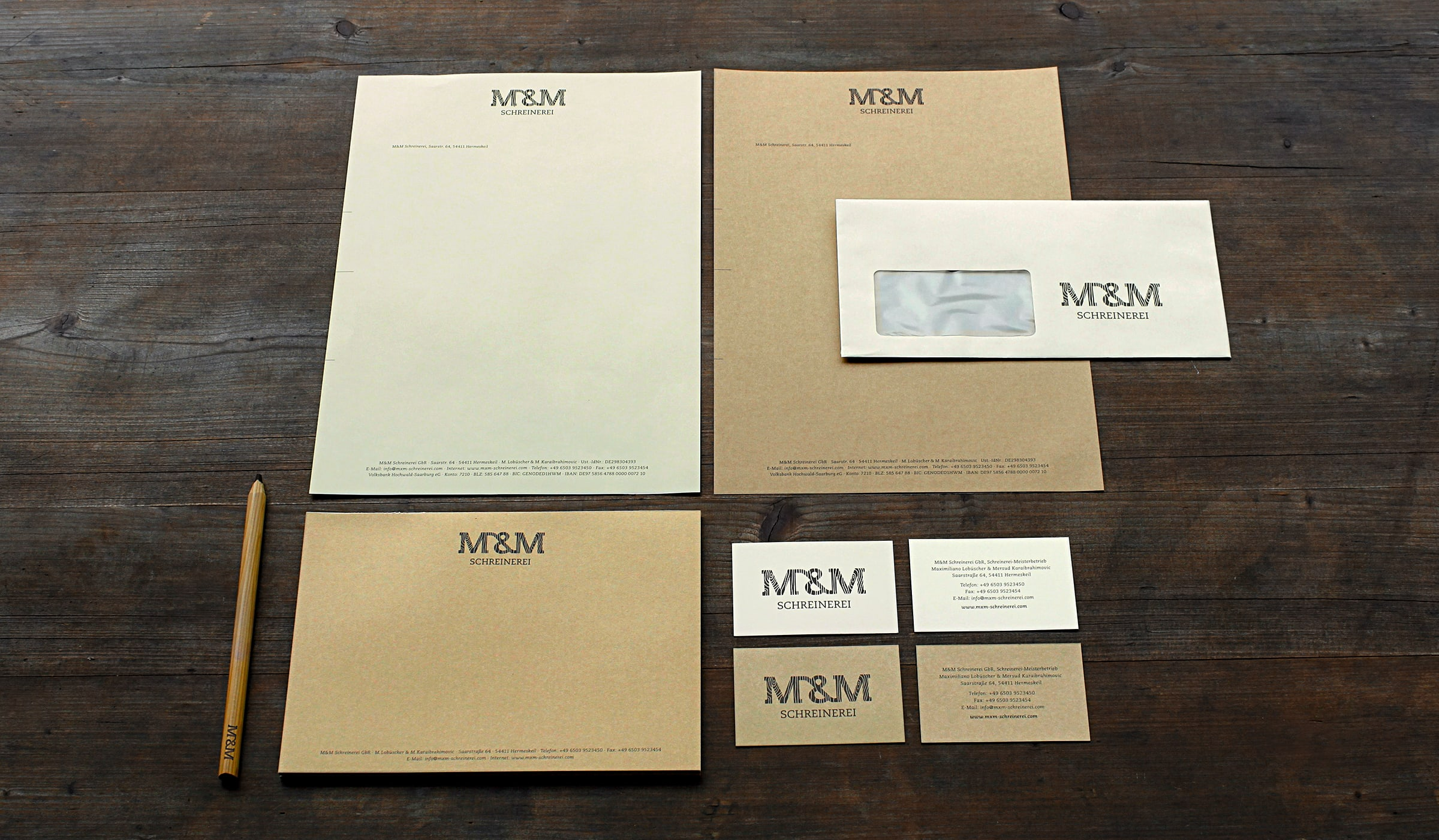 Corporate Identity und Corporate Design des Handwerksbetriebes M&M in Hermeskeil entwickelt durch die Designagentur mieker - Konzept Design Strategie. Das Unternehmens-Erscheinungsbild der Handwerker zeichnet sich durch einen konsequent eingehaltenen Stil aus: alle Printerzeugnisse sind auf zwei unterschiedliche Papiere gedruckt. Die Farbigkeit der Papiere entsteht nicht durch zuzügliches bedrucken mit einer Farbe, sondern durch die Rohstoffe, welche zur Herstellung der nachhaltigen Papierarten benutzt wurden. Bestandteile/ Printdesigns: Grafikdesign, Logodesign, Visitenkarten, Briefpapier, Briefumschläge, Notizblöcke,Werbemittel und Werbung. Regionen: Hermeskeil, Saarbrücken, Trier, Luxemburg, Koblenz.