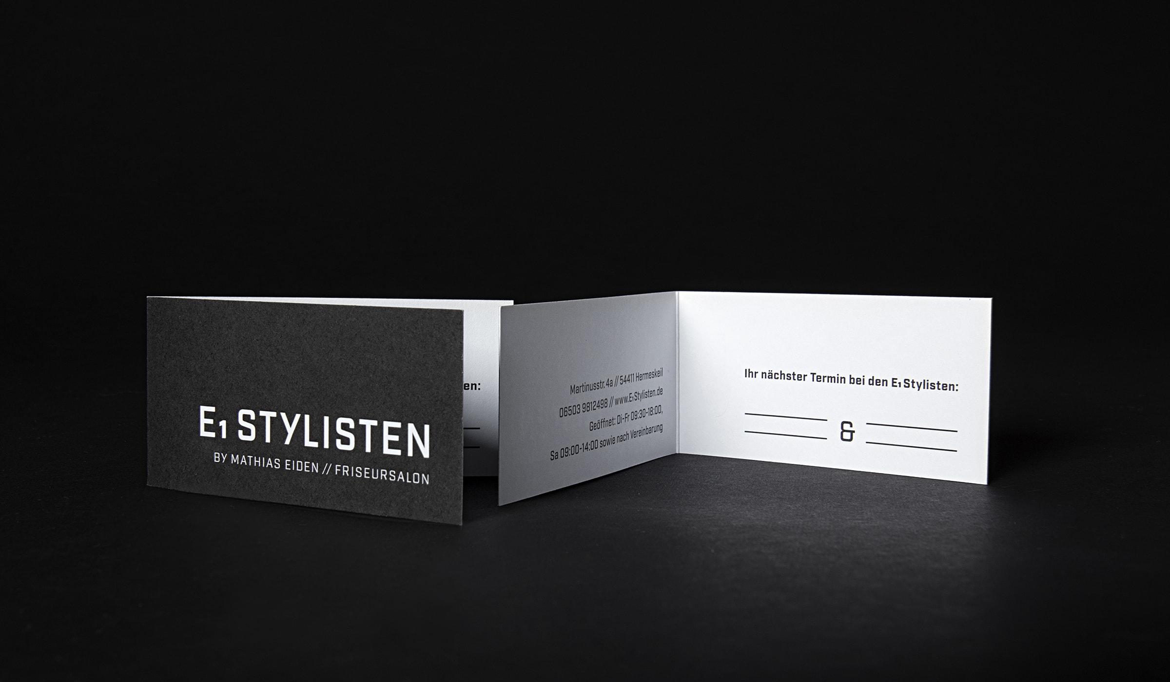 Grafikdesign für einen Friseursalon in Hermeskeil. Werbung und Corporate Design erstellt durch die Designagentur mieker - Konzept Design Strategie. Die hochwertigen Terminkarten folgen dem Kommunikationskonzept und zeigen sich in einem schmalen Format, den Corporate Farben Schwarz und Weiß treu. Das Werbekonzept umfasst Visitenkarten im Sonderformat sowie Briefpapier, Briefumschläge, Geschäftspapierausstattung, Design Textildruck und Werbemittel. Bestandteile des Branding: Corporate Design, Brand Design, Logodesign. Regionen: Hermeskeil, Trier, Saarbrücken, Luxemburg.