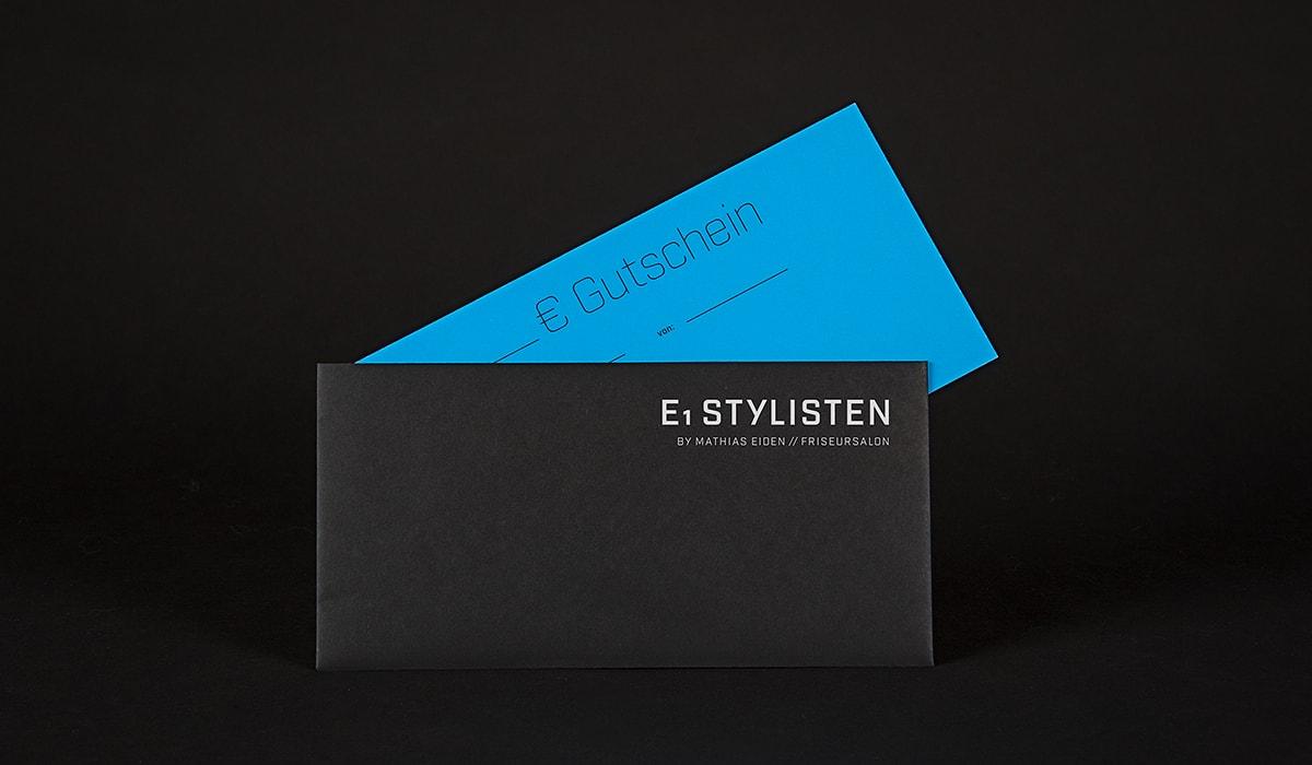 Konzeptarbeit ~ Corporate Design ~ Gutscheine für Männer // Gutscheine für Männer in Schwarz/Cyan mit Heißfolienprägung 600g mit Briefumschlägen // E1 Stylisten