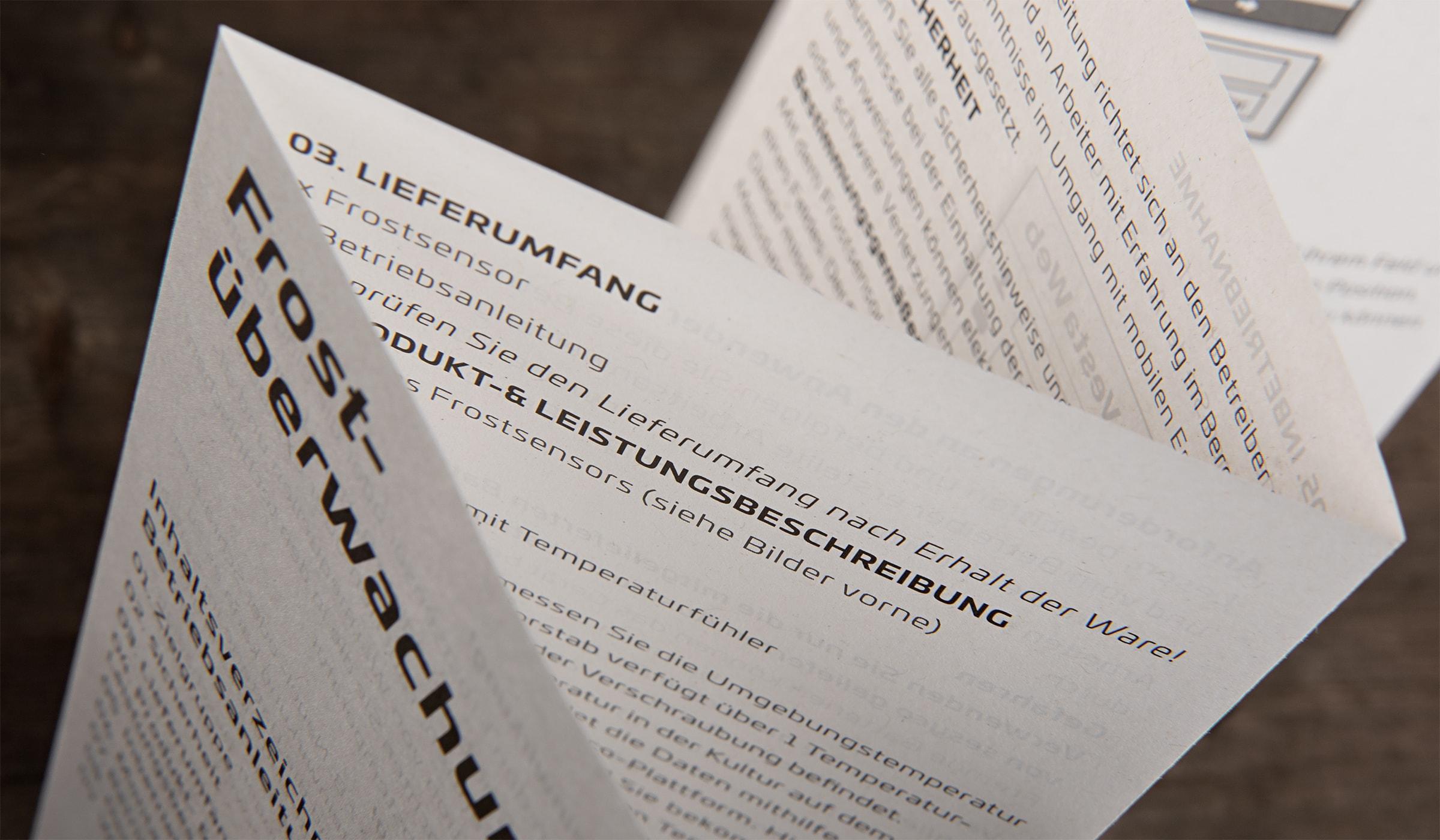 Brand Design für Sesyco aus Luxembourg entwickelt durch die Design- und Werbeagentur mieker - Konzept Design Strategie. Dem Kommunikationskonzept folgend zeigen sich die Gebrauchsanleitungen nachhaltig und umweltbewusst aus Recyclingpapier. Das Detail der Gebrauchsanleitung zeigt die Oberflächenstruktur des zu 100% recycelten des Papiers. Bestandteile des Branding: Grafik- und Kommunikationsdesign, Brand- und Corporate Design, Packaging Design, Logodesign, Werbemittel und Werbung. Regionen: Luxembourg, Saarbrücken, Trier, Koblenz, Mannheim