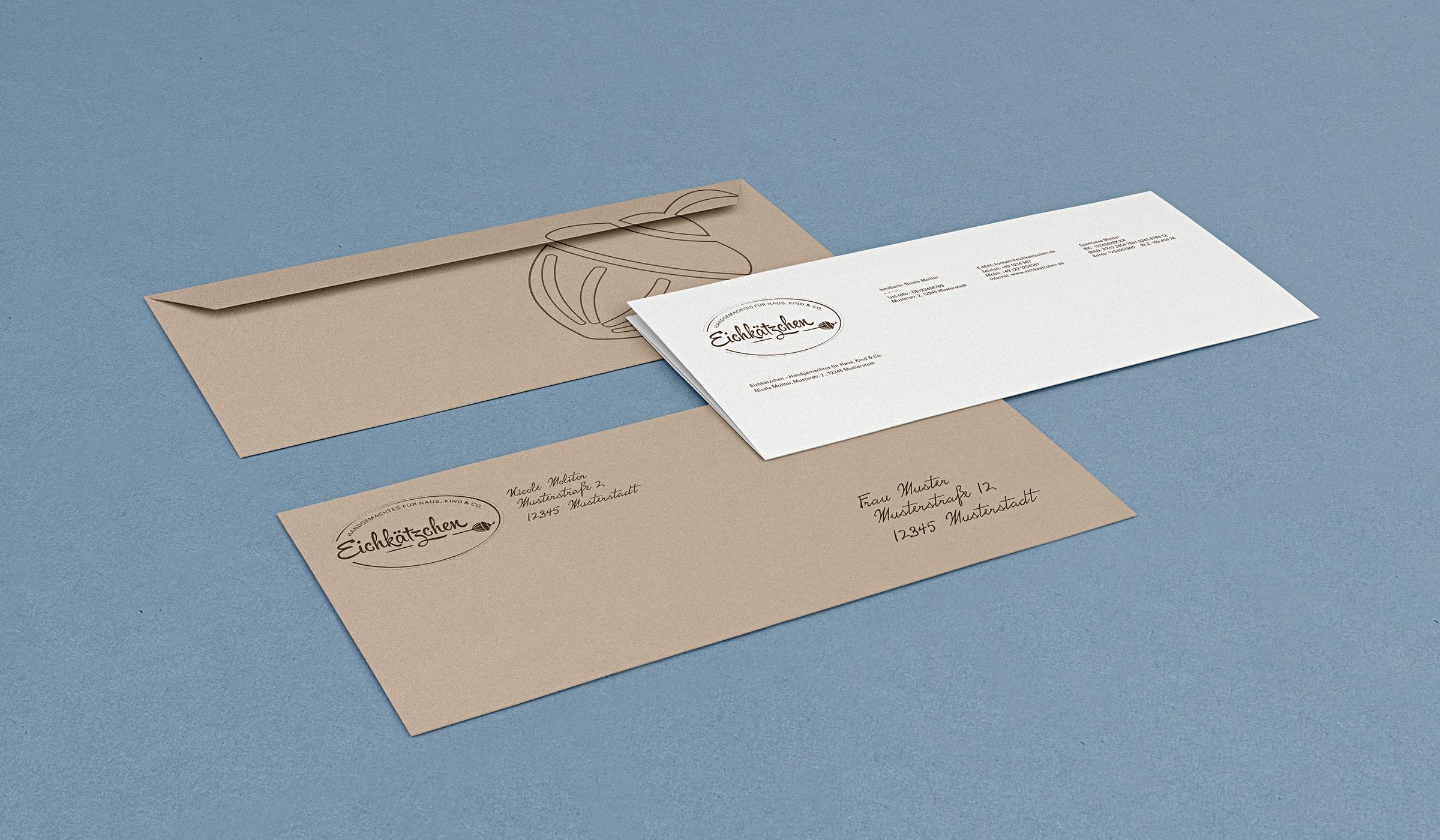 Brand Identity Eichkätzchen, entwickelt durch die Designagentur mieker - Konzept Design Strategie. Das Corporate Design kommt passend zur Markenidentität nachhaltig daher. Das Briefpapier ist auf helles Recyclingpapier gedruckt. Die dazu passenden Briefumschläge sind Braun und werden von Hand beschriftet. Durch die handschriftliche Adressierung bekommt das Brand Design eine ganz individuelle und persönliche Note. Bestandteile des Projektes: Kommunikationsdesign, Grafikdesign, Branding, Namensentwicklung und Logodesign, Label Design, Keyvisuals, Etiketten, Tragetaschen, Visitenkarten, Markenauftritt, Werbemittel, Werbung. Regionen: Hermeskeil, Hochwald, Saarbrücken, Trier, Luxembourg, Koblenz, Bonn, Köln, Mannheim.