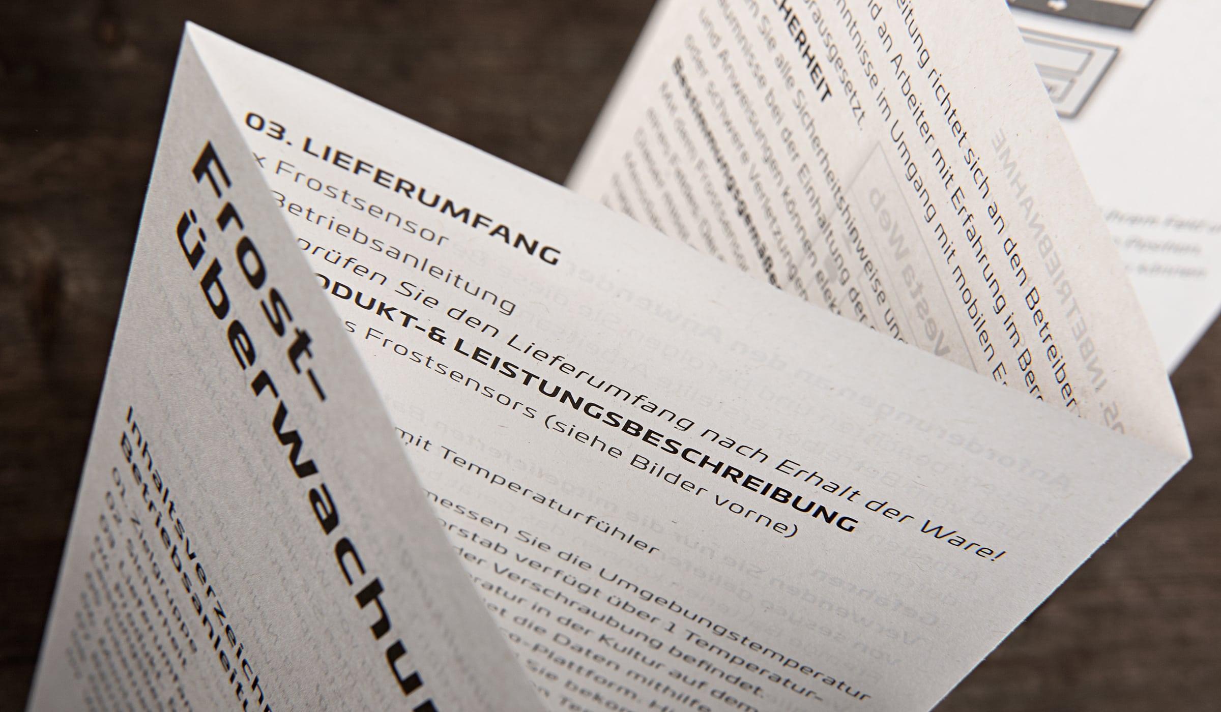 Branding für ein Start-up aus Luxembourg entwickelt durch die Designagentur mieker - Konzept Design Strategie. Detail der Bedienungsanleitungen aus Recyclingpapier mit leichter Graufärbung. Bestandteile des Branding: Grafikdesign, Brand- und Corporate Design, Packaging Design, Logodesign, Werbemittel und Werbung. Regionen: Luxembourg, Saarbrücken, Trier, Koblenz, Mannheim.