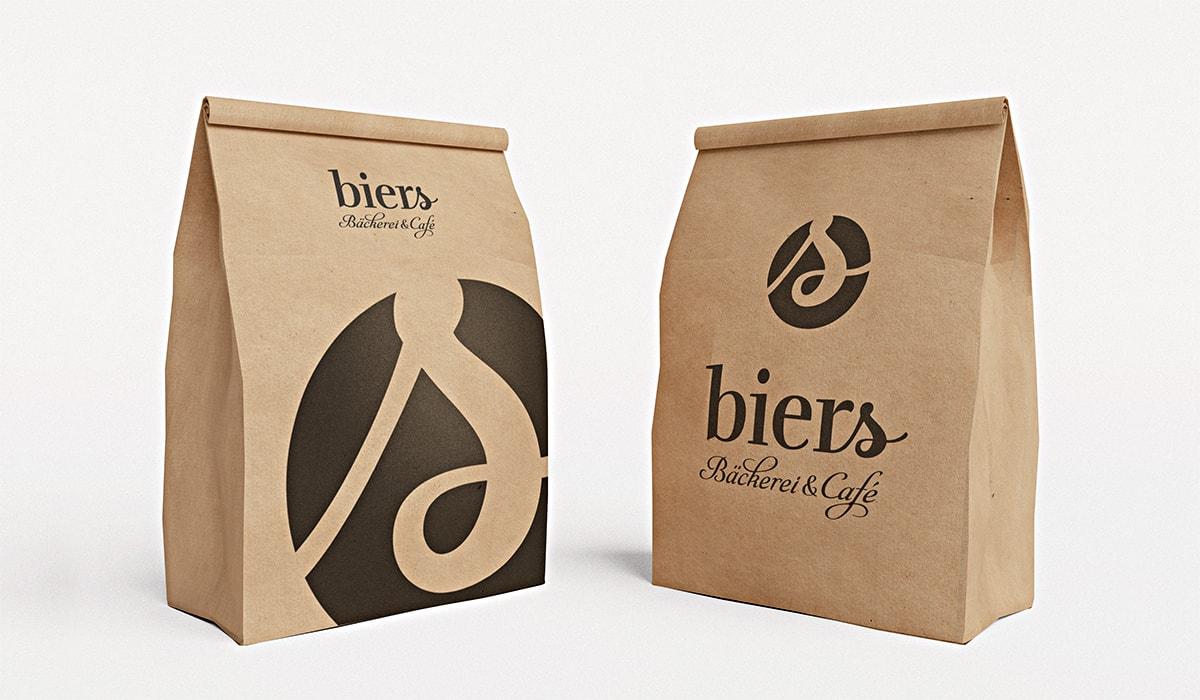 Branding für eine Bäckerei und Café entwickelt durch die Werbeagentur mieker - Konzept Design Strategie. Als Brand Design Beispiel die Tüten der Bäckerei mit prägnantem Markenlogo und Bildmarke. Bestandteile der Markenentwicklung: Kommunikations- und Grafikdesign, Corporate- und Brand Design, Logodesign, Werbemittel und Werbung. Auch die Namensentwicklung kann ein Teilgebiet des Brand Design für Start-ups, Existenzgründungen, Unternehmen und Marken darstellen. Regionen: Trier, Luxemburg, Saarbrücken, Koblenz, Hermeskeil