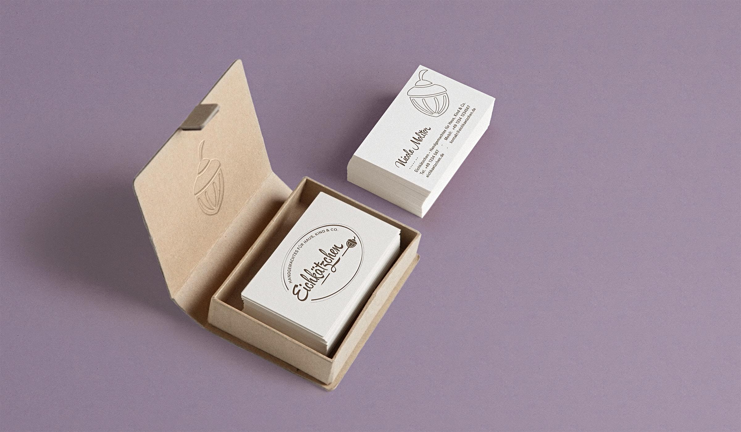 Das Corporate Design für das Kreativteam folgt der Brand Identity und zeigt sich nachhaltig, gedruckt auf zu 100% recyceltes Papier. Die Visitenkarten folgen dem Designkonzept. Die Brand Identity wurde durch die Designagentur mieker - Konzept Design Strategie konzipiert. Die Markenentwicklung umfasst: Kommunikationsdesign, Grafikdesign, Branding, Brand- und Corporate Design, Namensentwicklung und Logodesign, Label Design, Keyvisuals, Etiketten, Tragetaschen, Visitenkarten, Werbemittel, Werbung. Regionen: Hermeskeil, Hochwald, Saarbrücken, Trier, Luxembourg, Koblenz, Bonn, Köln, Mannheim.