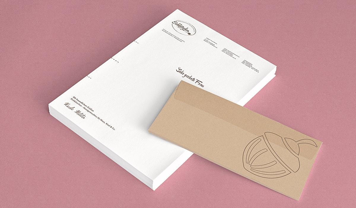 Logodesign – Logogalerie: Ein Brand Identity entwickelt durch die Designagentur und Werbeagentur mieker - Konzept Design Strategie. Logoentwicklung, Corporate Design, Brand Design und Branding für Eichkätzchen. Anwendung des Markenlogos innerhalb des Corporate Designs: Nachhaltiges Briefpapier und Briefumschläge mit Logo. Konzeptarbeit: Kommunikationsdesign, Grafikdesign,Werbung passend zur Brand- und Corporate Identity.Regionen: Regionen: Hermeskeil, Trier, Luxemburg, Saarland, Saarbrücken.
